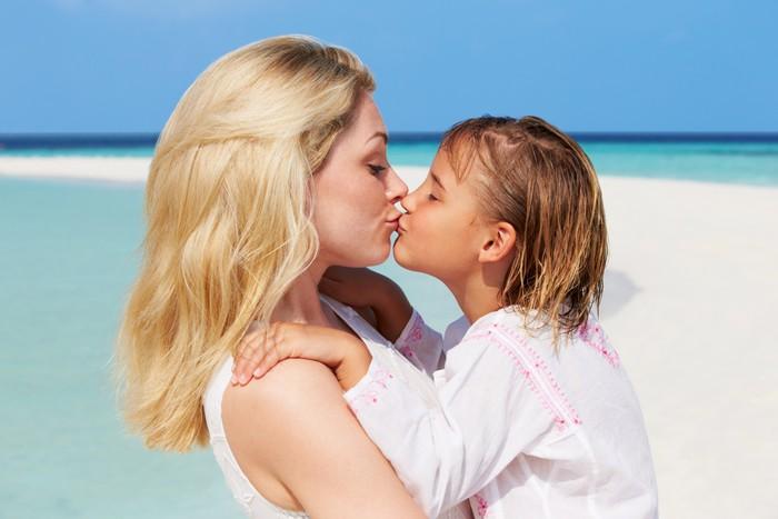 Дочка случайна целуется с матерью видео ролик