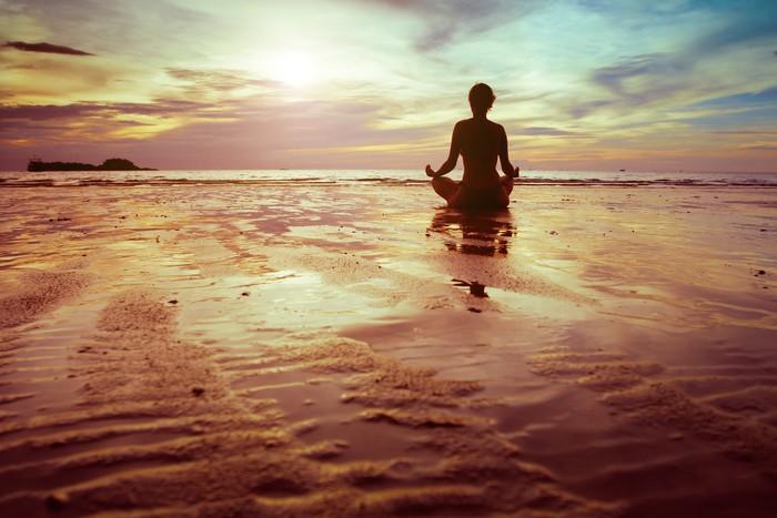 Vinylová Tapeta Sportovní a fitness, silueta žena meditace na pláži - Zdraví