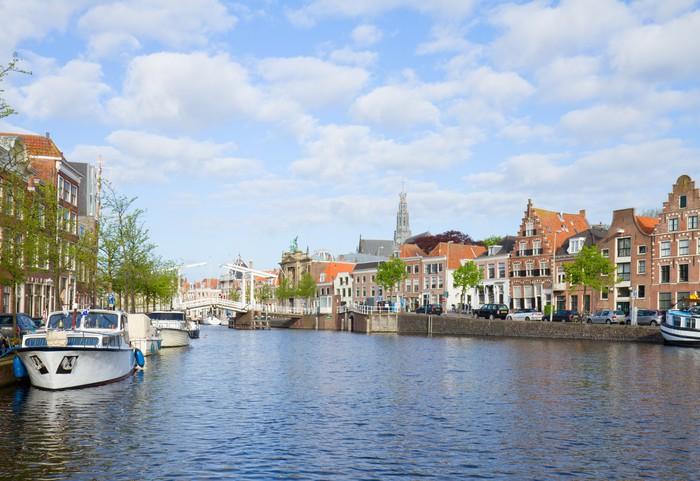 Vinylová Tapeta Spaarne řeka s lodí ve starém Haarlem, Holandsko - Evropa