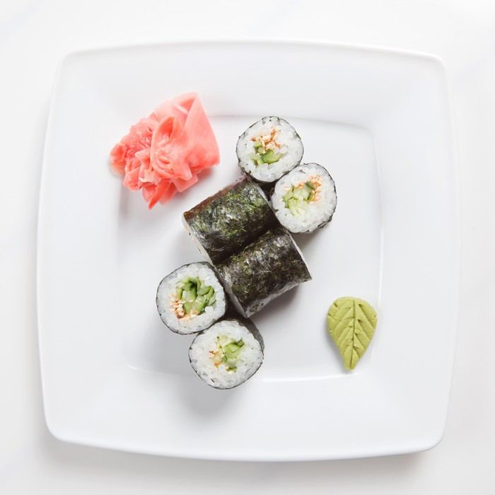 Fototapete Maki-Sushi auf Platte isoliert auf weiß • Pixers® - Wir ...