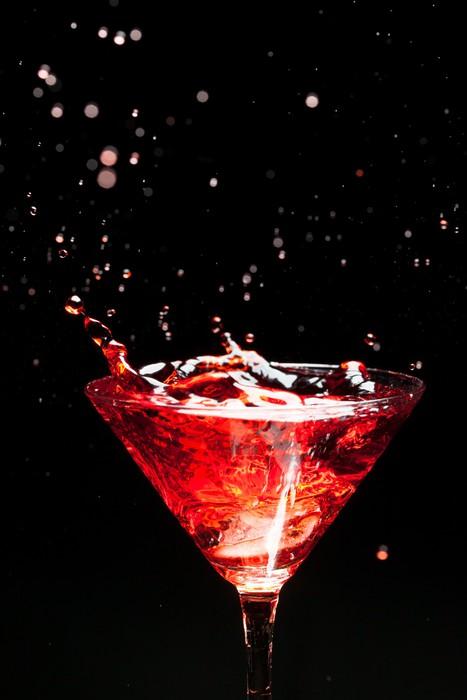 Vinylová Tapeta Červená stříkající koktejl na černé - Alkohol