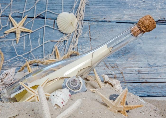 Carta da parati una bottiglia di fronte al muro blu con - Rete da pesca per decorazioni ...