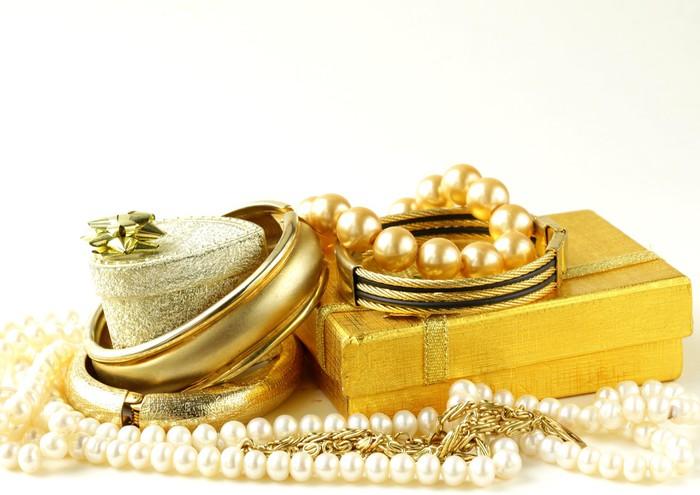 Vinylová Tapeta Zlaté a perlové šperky, dárkové krabice na bílém pozadí - Móda