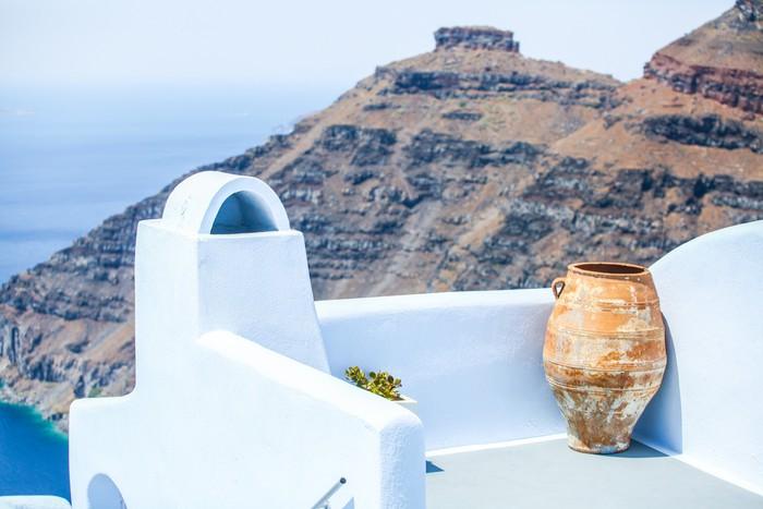 Vazen Op Balkon : Fotobehang keramische vaas op het balkon achtergrond van klif