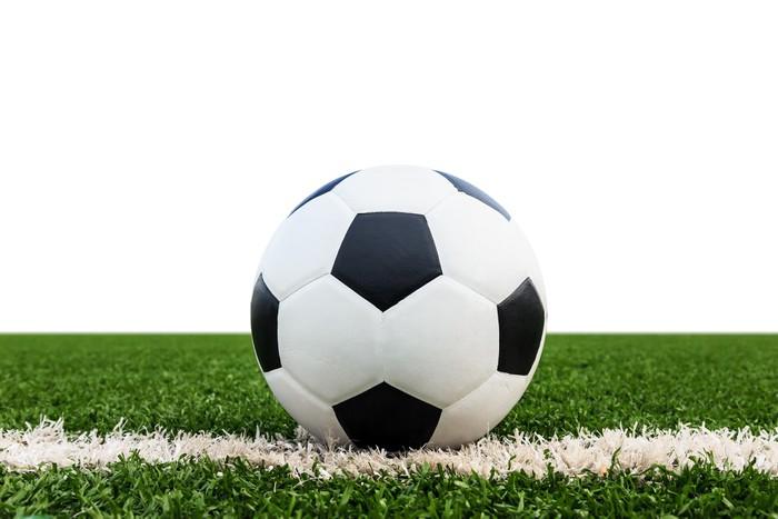 Vinylová Tapeta Fotbalový míč na zelené trávě pole izolované - Týmové sporty