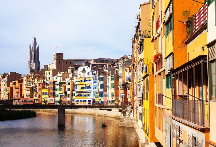 Vinylová Tapeta Den pohled na malebnými domky v Girona. Katalánsko - Evropa