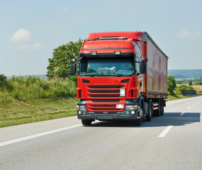 tableau sur toile camion avec remorque rouge sur la route pixers nous vivons pour changer. Black Bedroom Furniture Sets. Home Design Ideas