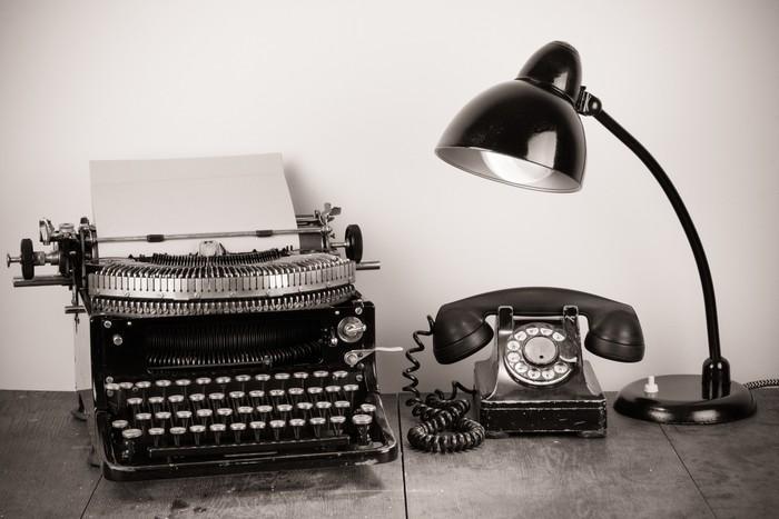 Vinylová Tapeta Vintage psací stroj, starý telefon, retro lampa na stole - Struktury