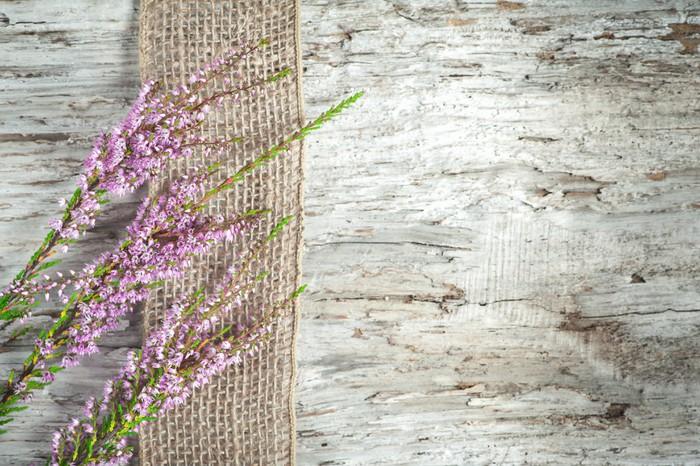 Vinylová Tapeta Staré dřevěné pozadí s vřesem a vyhození stuhou - Vřes