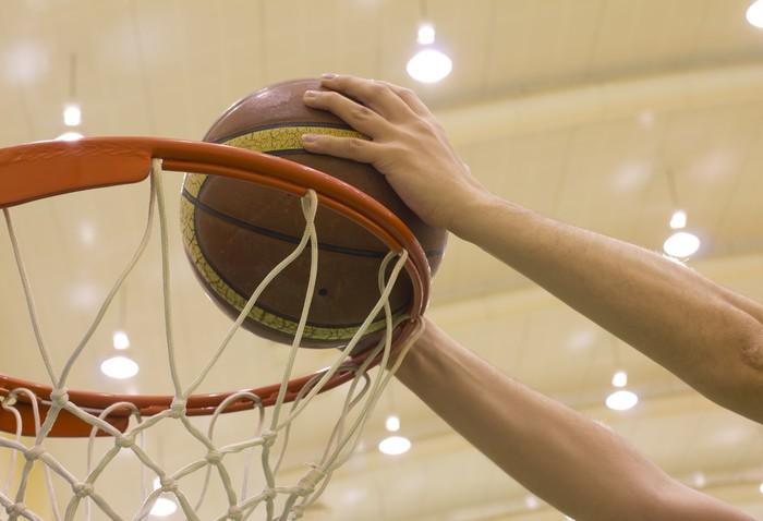 Vinyltapet Scoring korg i basketplan - Teman