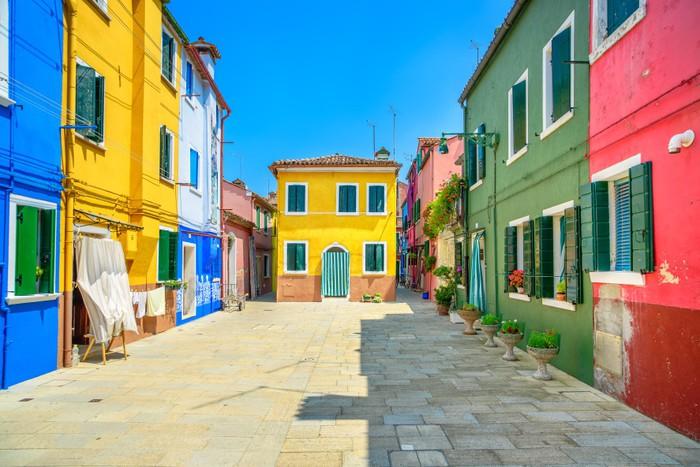 Häuser In Italien fototapete wahrzeichen venedigs burano insel straße bunte häuser