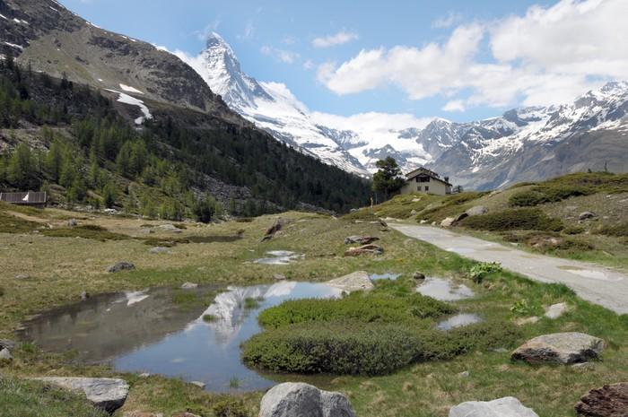 Vinylová Tapeta Matterhorn nad cestu a potok ve švýcarských Alpách - Evropa