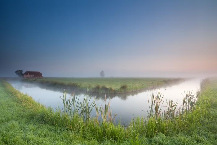 Vinylová Tapeta Klidný letní mlhavé ráno přes řeku - Voda