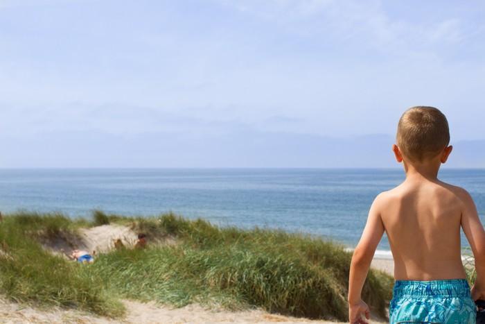 Vinylová Tapeta Chlapec s výhledem na pobřeží Severního moře - Voda