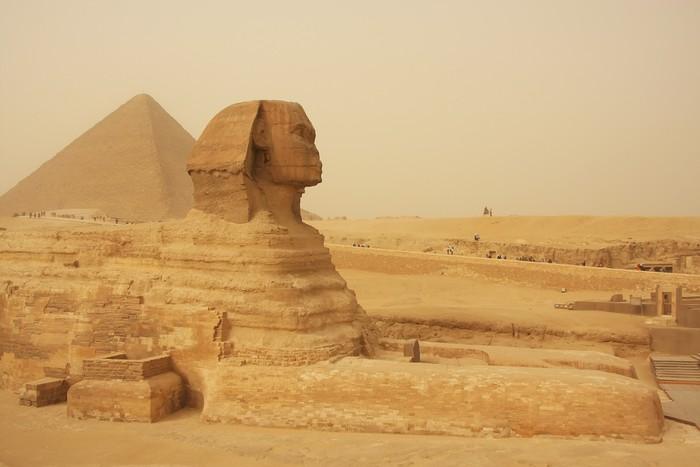 Vinylová Tapeta Sfinga a Velká pyramida Chufu v písku bouři, Káhira - Afrika