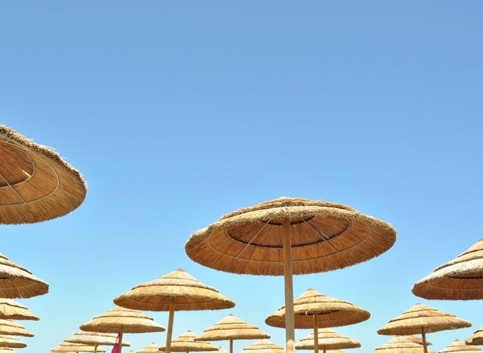 Vinylová Tapeta Ombrelloni di bambus con cielo azzurro - Prázdniny
