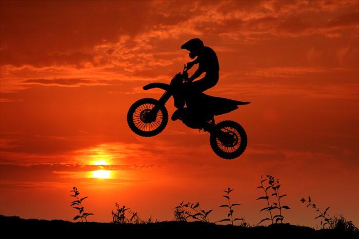 Vinylová Tapeta Motocross im Sonnenuntergang - Extrémní sporty
