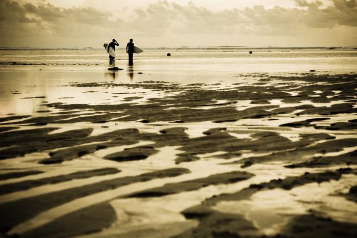 Vinylová Tapeta Dva surfaři na pláži při západu slunce - Prázdniny