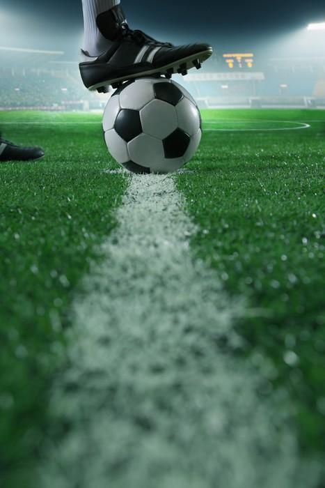 Vinylová Tapeta Zblízka nohou na vrcholu fotbalový míč na čáru, boční pohled, stadion -