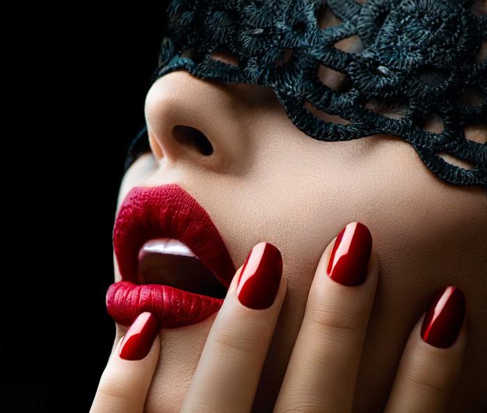 Sticker Pixerstick Belle femme avec un masque de dentelle noire sur les yeux - Styles