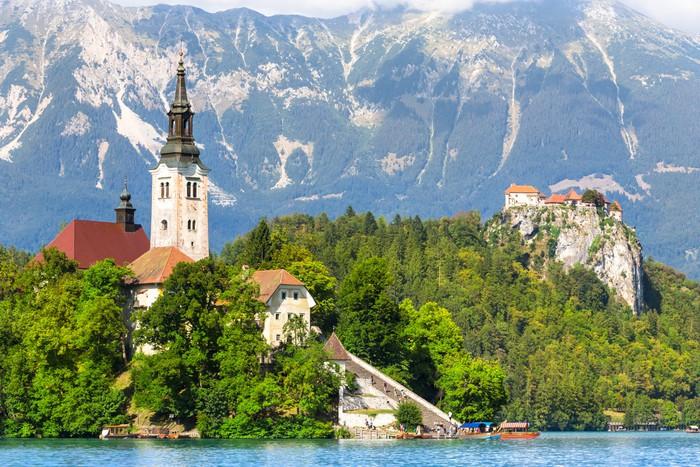Nálepka Pixerstick Jezero Bled v Julských Alpách ve Slovinsku. - Evropa