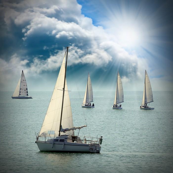 Vinylová Tapeta V Plachetnice na moři proti dramatické obloze. - Lodě