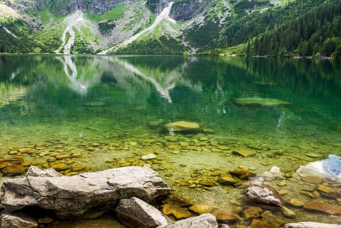 Vinylová Tapeta Horské jezero s modrou vodou a skalnatými horami - Roční období