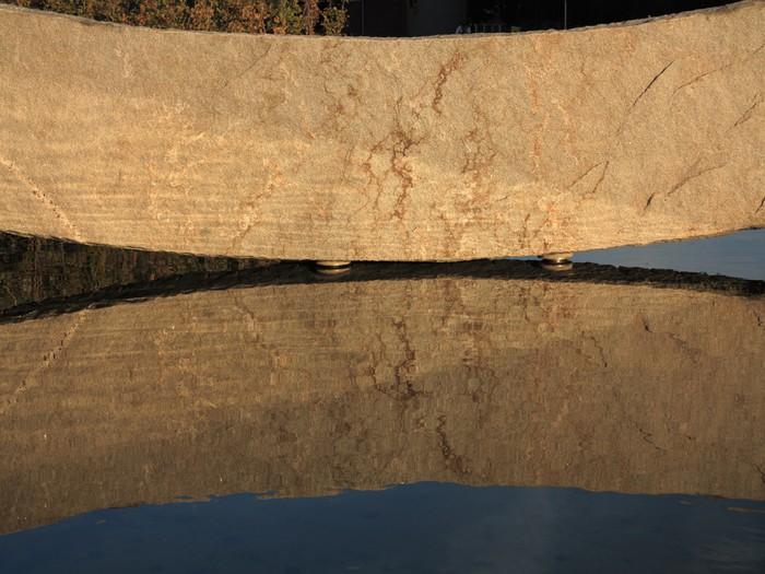 Vinylová Tapeta Velký kámen odraz ve vodě jako pozadí - Struktury