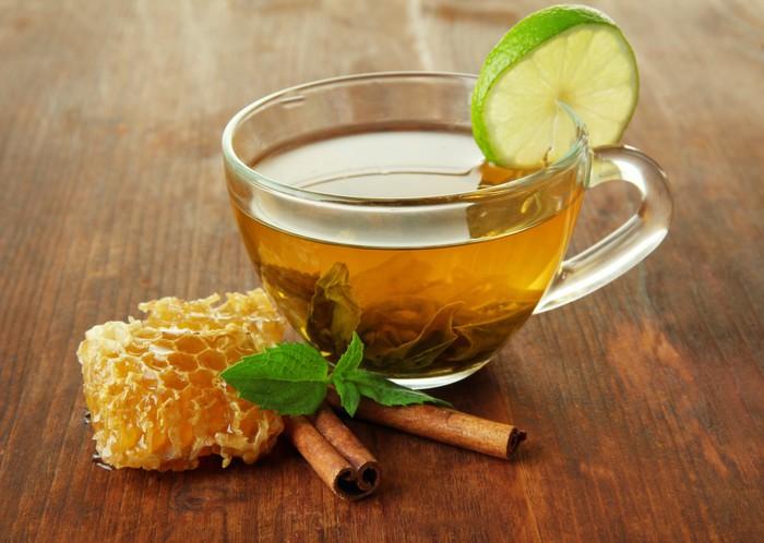 Vinylová Tapeta Transparentní šálek zeleného čaje s medem a skořicí - Horké nápoje