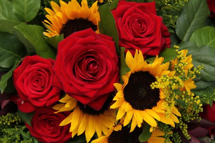 Fotomural Rosas Rojas Y Girasoles En Un Arreglo Floral
