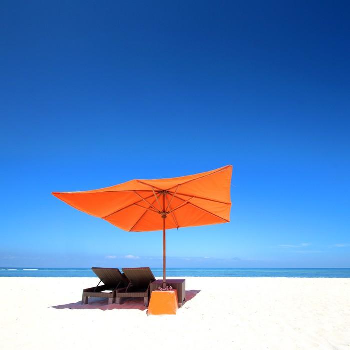 Vinylová Tapeta Pláž s oranžovým slunečníkem - Asie