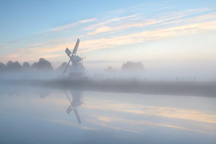 Vinylová Tapeta Holandský větrný mlýn v husté mlze při východu slunce - Infrastruktura