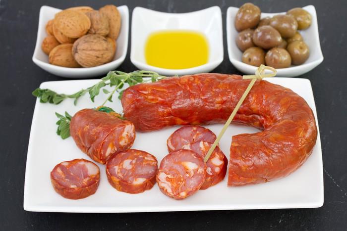 Papier Peint Vinyle Saucisses fumées avec des olives et des noix - Thèmes