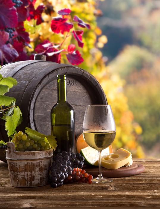 Vinylová Tapeta Láhev vína a sklenice na dřevěném stole - Jídla