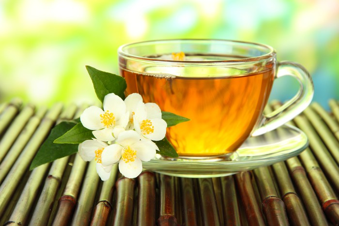 Nálepka Pixerstick Šálek čaje s jasmínem, na bambusové rohože, close-up - Horké nápoje