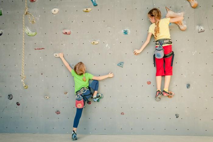 Nálepka Pixerstick Dvě malé holčičky lezení skalní stěně - Individuální sporty