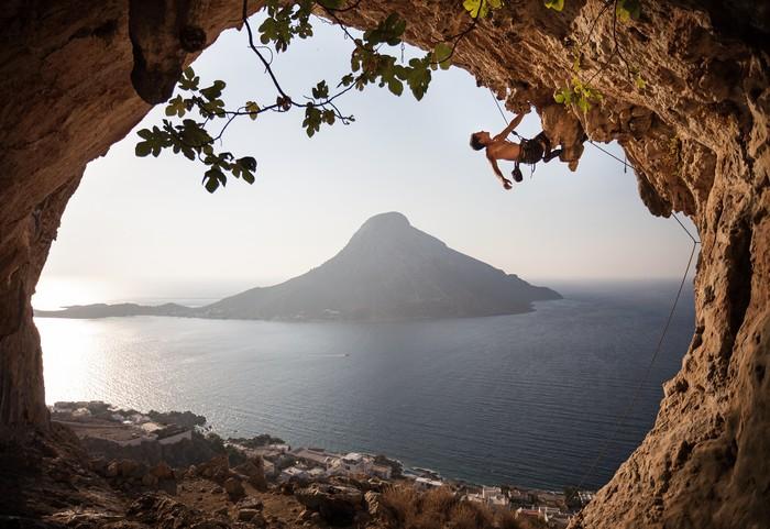 Carta da parati scalatore di roccia sulla scogliera for Carta da parati effetto roccia