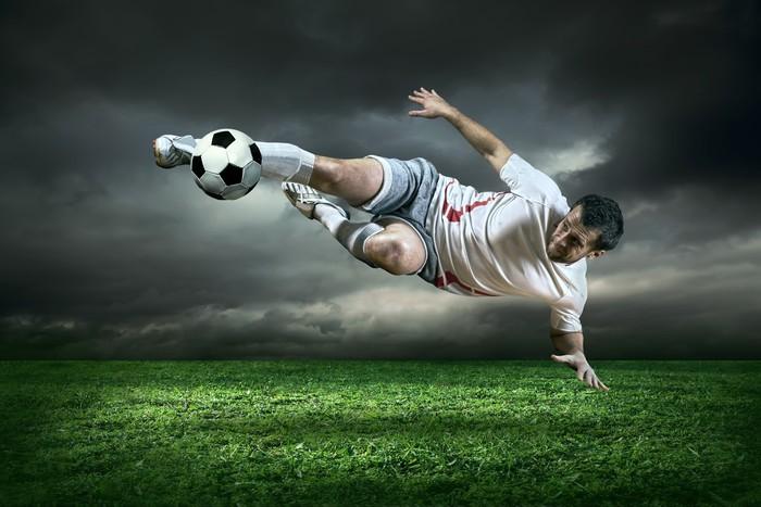 papier peint joueur de football avec le ballon en action sous l 39 ext rieur de la pluie pixers. Black Bedroom Furniture Sets. Home Design Ideas