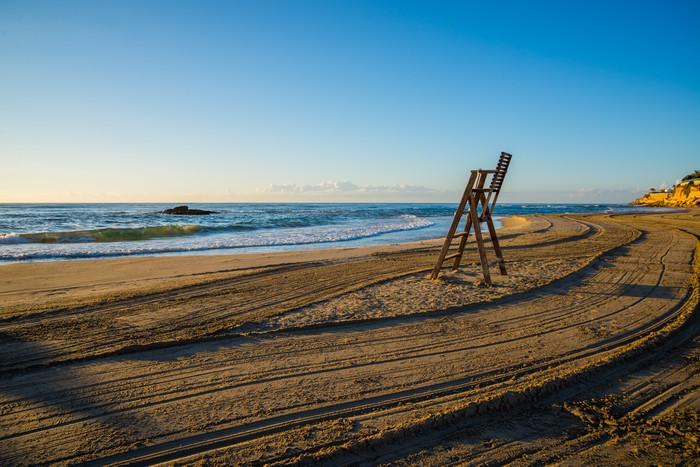Vinylová Tapeta Plavčík židle na pláži prázdný - Voda