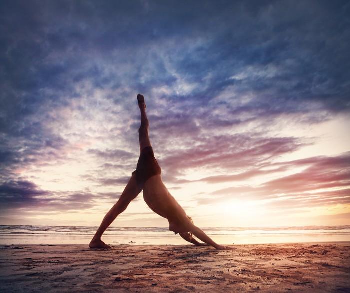 fototapete yoga am strand pixers wir leben um zu ver ndern. Black Bedroom Furniture Sets. Home Design Ideas
