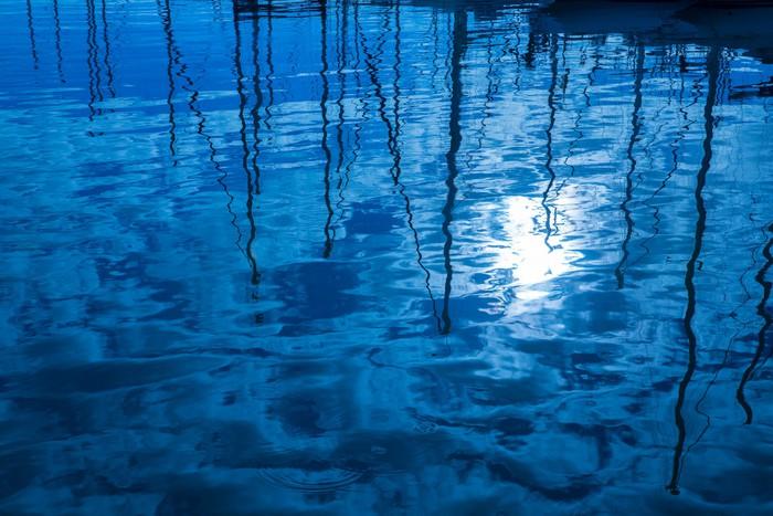 Vinylová Tapeta Modrá voda odraz plachetnice lodě pólů ve vlnách - Nebe
