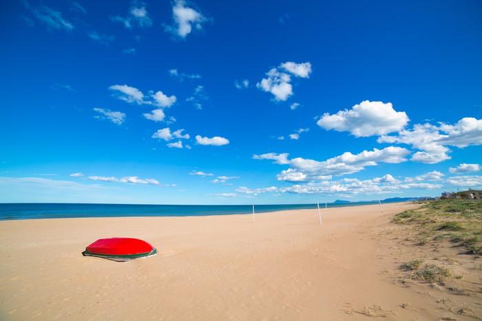 Piaszczystej plaży Morza Śródziemnego w Walencji Hiszpanii