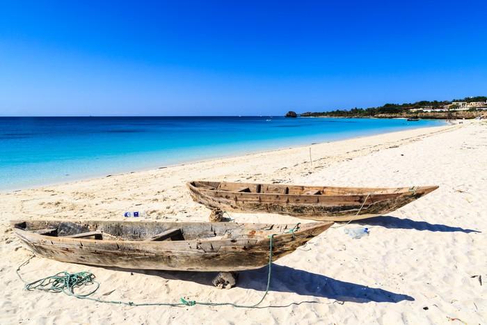Vinylová Tapeta Dvě rybářské lodě na pláži - Prázdniny