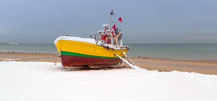 Vinylová Tapeta Zimní krajina rybářských lodí na pobřeží Baltského moře v Polsku - Evropa