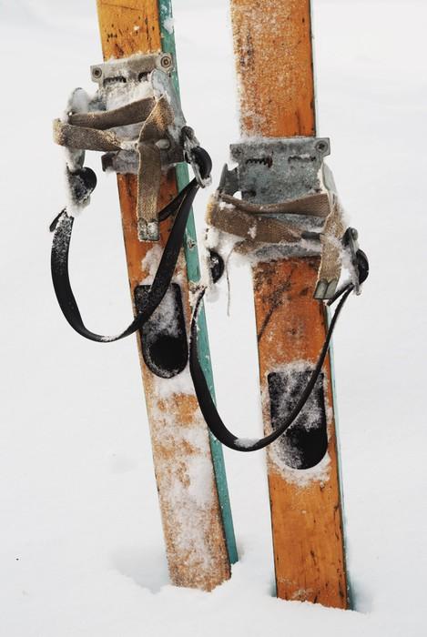 Vinylová Tapeta Staré dřevěné lyže na sněhu - Sportovní potřeby