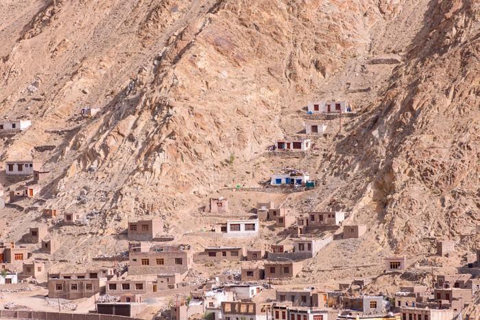 Carta da parati casa costruita nella roccia della montagna for Carta da parati effetto roccia