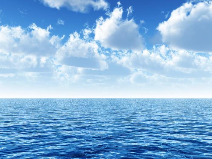Papier Peint Vinyle Ciel bleu nuageux au-dessus d'une surface bleue de la mer - Thèmes