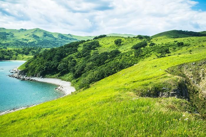 Tableau sur Toile Paysage avec des collines, des montagnes, des arbres, de l'herbe sur la plage. - Sports d'extérieur