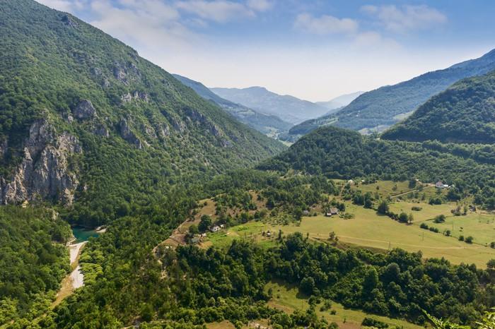 Vinylová Tapeta Obec v údolí nízkých hor - Evropa