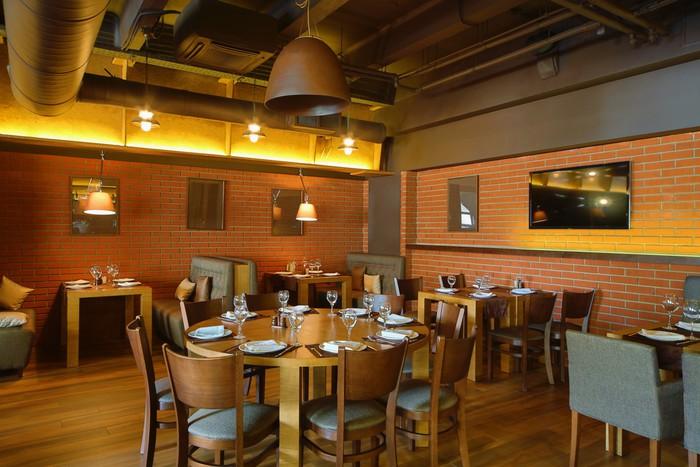 Papier peint salle de restaurant avec table ronde en bois dans le centre pixers nous vivons - Centre de table restaurant ...